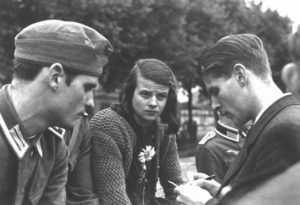 sophie-hans-scholl-with-christoph-probst-1942